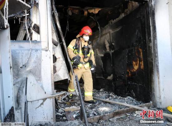 有关人员正在调查人员伤亡情况和火灾原因。