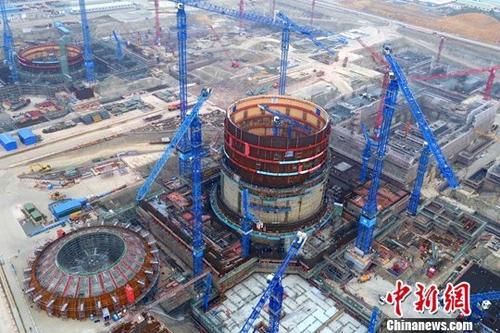 1月26日,广西防城港核电有限公司披露,防城港核电一期工程两台在运机组保持平稳运行,多项安全和业绩指标达到世界优秀水平,2017年全年实现上网电量117.8亿千瓦时。此外,建设中的华龙一号示范工程3号机组完成简体吊装重大节点。资料图为防城港核电项目。<a target='_blank' href='http://www.chinanews.com/'>中新社</a>记者 钟欣 摄