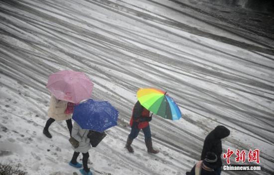 资料图:民众在结冰的道路上滑行。 崔佳明 摄