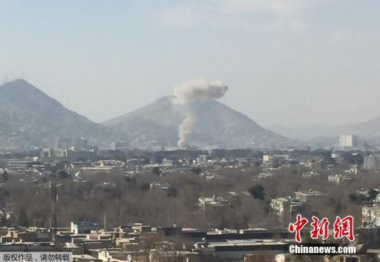 当地时间1月27日,阿富汗首都喀布尔市区发生爆炸,目前已造成至少17人死亡,110人受伤。据悉,爆炸发生在阿富汗内政部此前的办公大楼中。一位目击者称,这起爆炸是由汽车炸弹引发的,在大楼大门附近引爆。爆炸发生时,法新社记者听到一声巨响,院子里的窗户格格作响。根据现场的照片显示,一股浓烟直冲云霄。