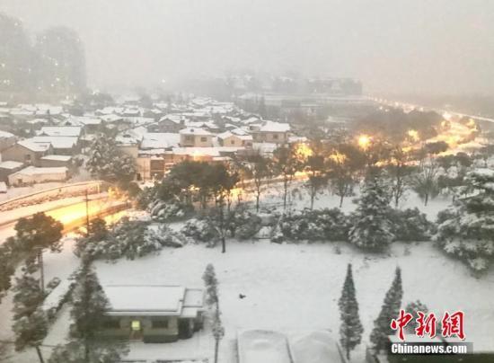 長江下游暴雪漸止航班漸恢復起降長江渡口渡運正常