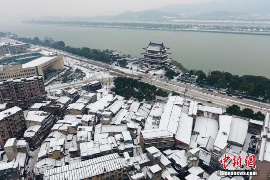 资料图:1月28日,湖南长沙迎来新一轮降雪,城内的大街小巷均被厚厚的冰雪覆盖。 杨华峰 摄
