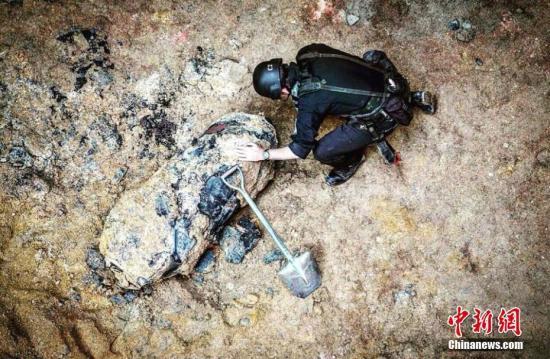 1月27日,香港警方发布图片显示,香港湾仔沙中线地盘发现重约一千磅的美式战时炸弹,炸弹约有500磅炸药,威力可远至200米,预计在午夜时分处理。 (警方图片)