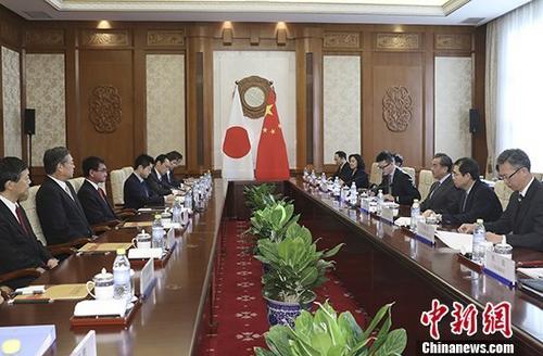 1月28日,中国外交部长王毅在北京钓鱼台国宾馆同到访的日本外相河野太郎举行会谈。 <a target='_blank' href='http://www.chinanews.com/'>中新社</a>记者 盛佳鹏 摄