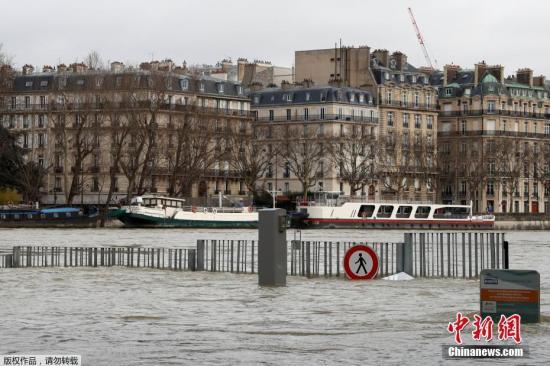 连日来,法国巴黎塞纳河水位持续高涨,全城进入水灾警戒。图为水位高涨的塞纳河。