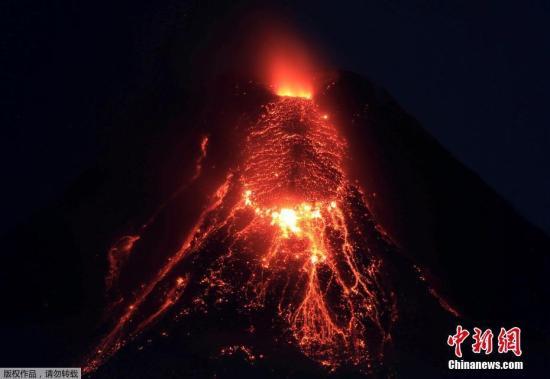 当地时间1月28日,菲律宾马荣火山持续喷发,滚滚岩浆如火龙般川流不息。