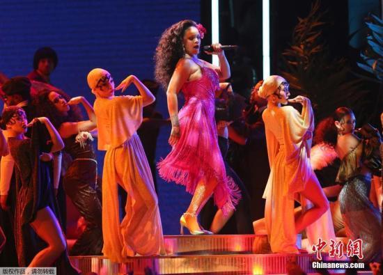 Rihanna现场表演。