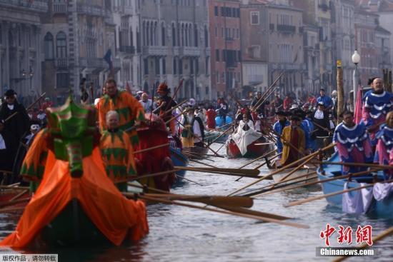 资料图:威尼斯水上狂欢节,戴着华丽面具游客们尽享其中。