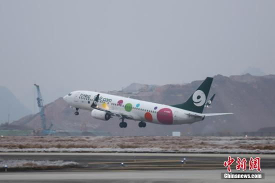 资料图:一架客机在机场起飞。 中新社记者 瞿宏伦 摄