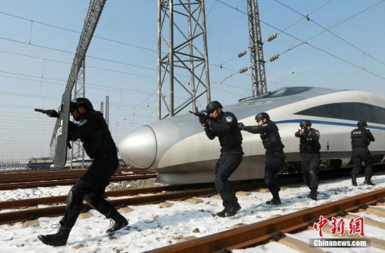 1月30日,武汉铁路公安局武汉公安处特警支队和民警在武汉动车段开展了线路武装搜索、车厢车辆处突演练为内容的实战训练。通过演练,进一步增强攻坚处置和机动应变能力,应对即将到来的春运客流高峰。赵军 摄