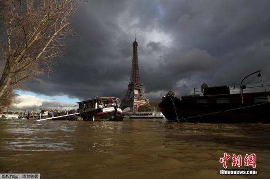 当地时间1月29日,法国巴黎塞纳河水位持续上涨,目前已达5.84米,成为历史记录中的第三高。图为塞纳河畔的埃菲尔铁塔。