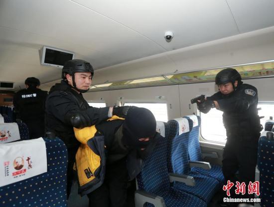 资料图:武汉铁路警方特警在武汉动车段高铁车厢内开展处突演练为内容的实战训练。赵军 摄