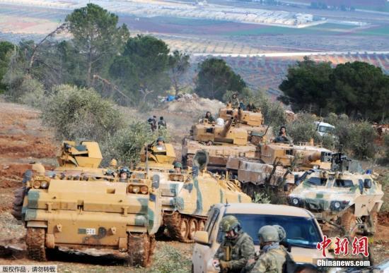 资料图:当地时间1月28日,土耳其部队在叙利亚攻击库尔德族武装成员的军事行动持续,并攻占一个富有战略价值的山头,激战令五十多名平民死亡。土耳其总统埃尔多安称,会清理接壤叙利亚的边境,显示军事行动规模可能扩大。图为占据阿夫林的布尔萨亚山头的土耳其部队。