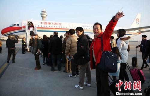 """2008年12月15日8时,东航MU2075航班按期从上海浦东机场首飞,沿一条崭新航路前去台北桃园机场,从而拉开大陆前去台湾的""""裁曲取直""""常态包机的序幕。至此,两岸海运直航、空运直航、直接通邮自12月15日详细启动,两岸""""三通""""时代正式宣告来临。(2008年原料图)中新社记者 殷立勤 摄"""