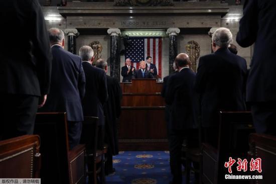 当地时间1月30日晚,美国总统特朗普在美国国会大厦发表上任以来的首份国情咨文。白宫此前公布称,特朗普将在国情咨文中谈到经济就业、基建、移民、贸易和国家安全五大议题。