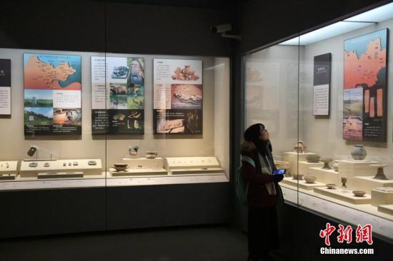 资料图:市民正在参观展出的良渚文物。<a target='_blank' href='http://www.chinanews.com/'>中新社</a>记者 王远 摄