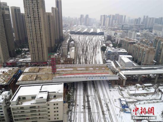 图为该桥31日成功转体跨越汉口站西咽喉岔区9股铁道。 中新社记者 黄品清 摄