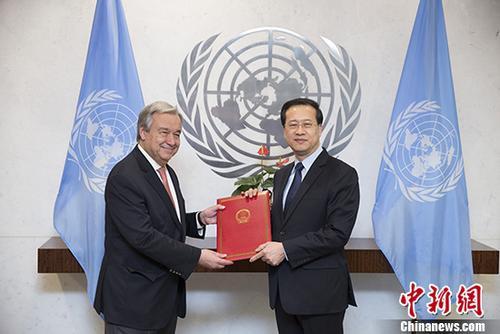 当地时间1月30日,中国新任常驻联合国代表马朝旭在纽约联合国总部,向联合国秘书长古特雷斯递交全权证书。 /p中新社记者 廖攀 摄