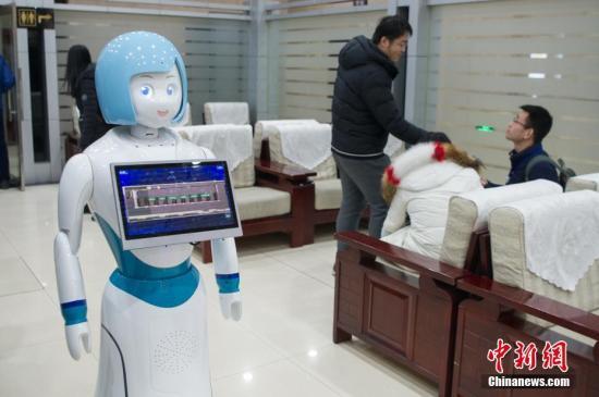 2月1日,山西太原火车站,智能服务机器人在软卧候车室上岗,吸引了旅客的注意。该机器人具有自动人脸识别旅客身份、语音问询等功能,实现旅客问询标准化、自助化服务,减少车站人员工作量。<a target='_blank' href='http://www.chinanews.com/'>中新社</a>记者 韦亮 摄