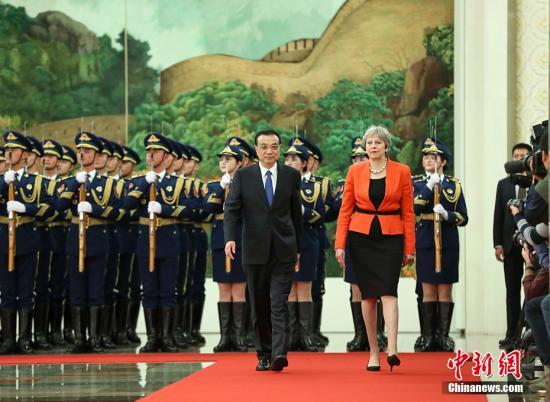 1月31日下午,中国国务院总理李克强在北京人民大会堂同来华进行正式访问的英国首相特雷莎・梅举行中英总理年度会晤。会谈前,李克强在人民大会堂北大厅为特雷莎・梅举行欢迎仪式。 /p中新社记者 刘震 摄