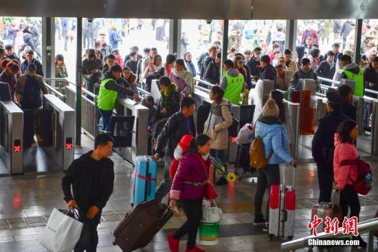 2月1日,旅客进入昆明火车站准备乘车。 <a target='_blank' href=