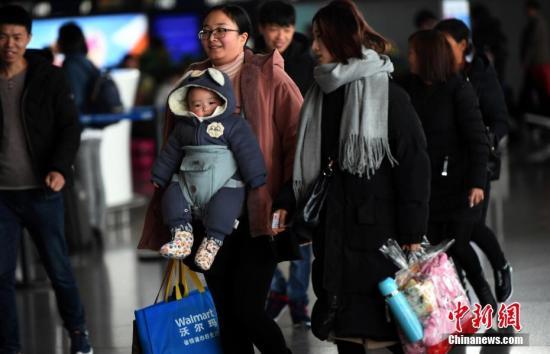 2月1日,昆明长水国际机场候机大厅里的旅客。当日,2018年春运拉开帷幕,昆明长水国际机场旅客运输量预计将达到559.5万人次,货邮吞吐量将达到40746.3吨。中新社记者 李进红 摄