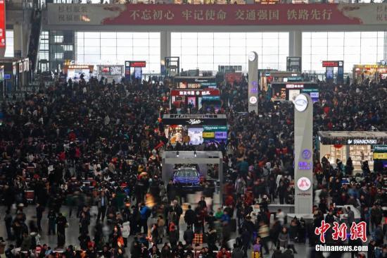 2月1日,2018年春运正式启动。在铁路虹桥站候车大厅内,旅客们正在等待检票进站上车。 殷立勤 摄