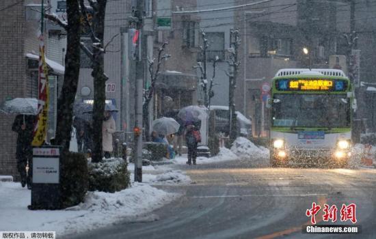 据日媒报道,受低气压的影响,东日本太平洋一侧于当地时间2月1日晚上到2日出现降雪过程,日本关东甲信地区普降大雪,东京23个区等平地亦出现积雪。截至目前,已出现多起交通受阻及人员受伤情况。日本气象厅呼吁民众,充分注意积雪和路面结冰等现象,并指出这次降雪有可能在2日早上通勤和上学的时间段,对公共交通造成影响,进而呼吁民众提前出行。据日本气象厅公布称,低气压在日本南部洋面持续增强,并向东部行进,受此影响,东日本和西日本太平洋一侧的山区等地已出现降雪。今后,冷空气将流入上空,为此,在东日本太平洋一侧的平地将逐渐出现雨转雪的天气。