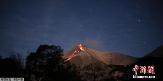 当地时间2月1日,危地马拉富埃戈火山在2018年首次喷发,熔岩顺斜坡流下。富埃戈火山在活跃20小时后迎来2018年首次喷发,据悉,富埃戈火山喷发已致当地280名学生被撤离。