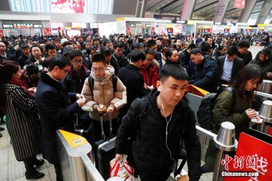 2月2日,乘客在北京南站进站乘车。2018年春运期间,北京南站实施多项举措,提高旅客进站效率。<a target='_blank' href='http://www.chinanews.com/'>中新社</a>记者 刘关关 摄