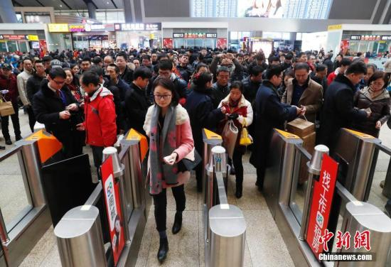 资料图:乘客在北京南站进站乘车。<a target='_blank' href='http://www.chinanews.com/'>中新社</a>记者 刘关关 摄