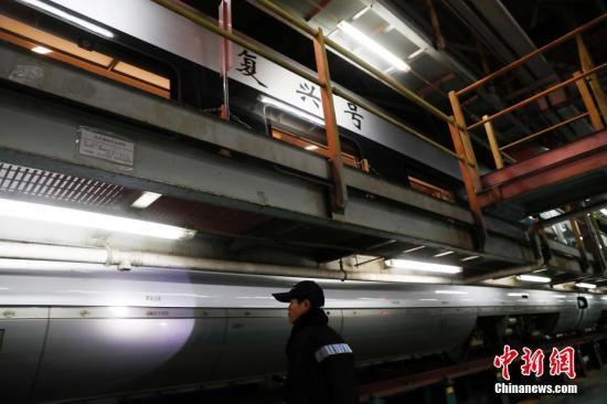 """一列""""再起号""""动车组列车渐渐驶入北京动车段南所查验库。/p中新社记者 刘关关 摄"""