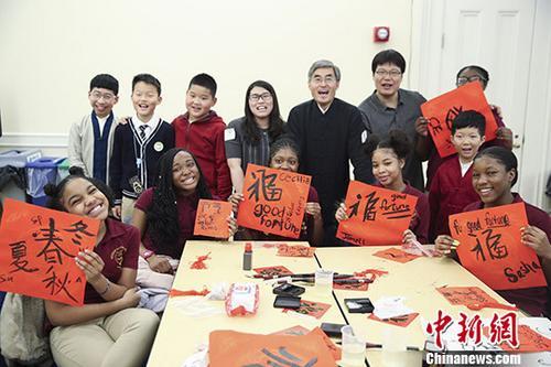 """当地时间2月2日,来自北京和纽约的小学生在纽约展示他们写的""""福""""字。当日,""""二十四节气""""创意与文化习俗交流活动在纽约布鲁克林市政厅举行,近百名中美两国小学生以中国优秀传统文化为主题进行交流。他们一起剪迎春的窗花、用橡皮泥捏十二生肖、用中文唱《茉莉花》、观看《二十四节气》动画片。市政大厅还陈列着""""二十四节气""""标识创意作品展板。&#10;<a target='_blank' href='http://www.chinanews.com/'>中新社</a>记者 廖攀 摄"""