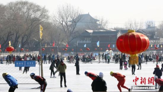 2月4日,农历立春时节,京城许多市民在什刹海的冰面上享受户外锻炼休闲的乐趣。 /p中新社记者 任海霞 摄