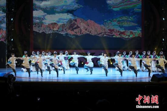 """2月4日晚,2018年""""文化中国·四海同春""""再度唱响香江。图为民族特色舞蹈。<a target='_blank' href='http://www.chinanews.com/'>中新社</a>记者 谢光磊 摄"""
