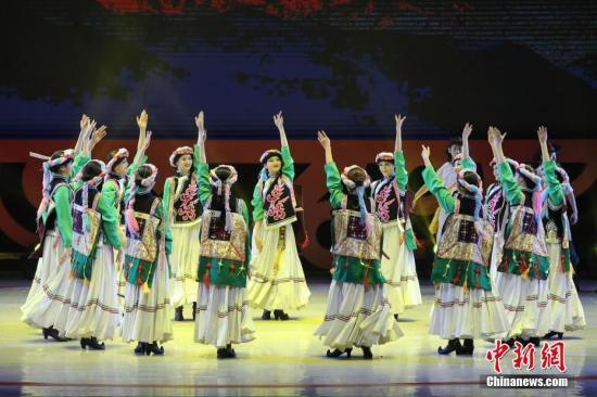"""2月4日晚,2018年""""文化中国·四海同春""""再度唱响香江。图为舞蹈《尼西情舞》。<a target='_blank' href='http://www.chinanews.com/'>中新社</a>记者 谢光磊 摄"""