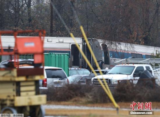 美国全国铁路客运公司在一份声明中说,这起事故发生在南卡州首府哥伦比亚附近,搭载139名乘客和8名工作人员的91次客运列车从迈阿密前往纽约途中与一辆隶属CSX铁路公司的货运列车相撞,客车车头和部分车厢脱轨。