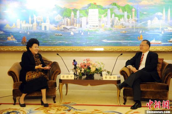 2月5日,中国国务院侨务办公室主任裘援平(左)一行到访香港中华总商会,并与会长蔡冠深(右)等进行了深入交谈。<a target='_blank' href='http://www.chinanews.com/'>中新社</a>记者 谭达明 摄