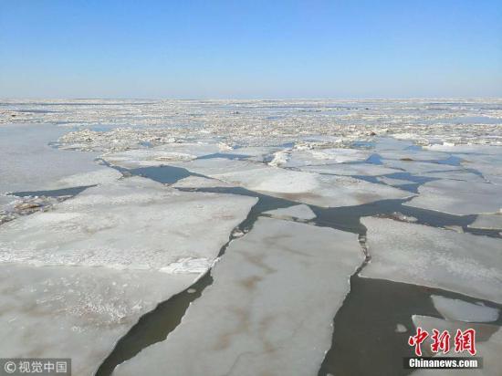 2月5日,辽宁大连普兰店渤海湾,笔者在中国海警115船上,目光所及之处,全是海冰,冰厚约15公分。王文胜 摄 图片来源:视觉中国