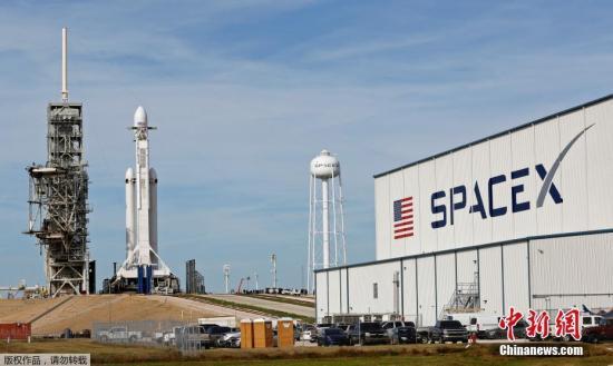 """当地时间2018年2月5日,美国佛罗里达州肯尼迪航天中心,SpaceX的""""猎鹰""""重型火箭发射。"""