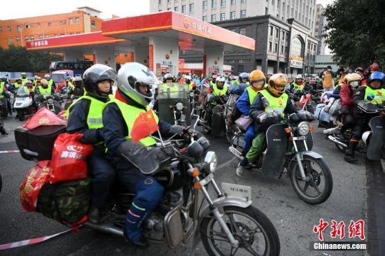 2月6日清晨,数百辆外来务工者集体骑摩托车从中国石油福建晋江荆山加油站一起出发返乡过年,成为春运的一道别样风景线。 王东明 摄