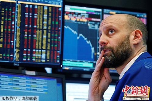 原料图:营业员在美国纽约证券营业所做事。
