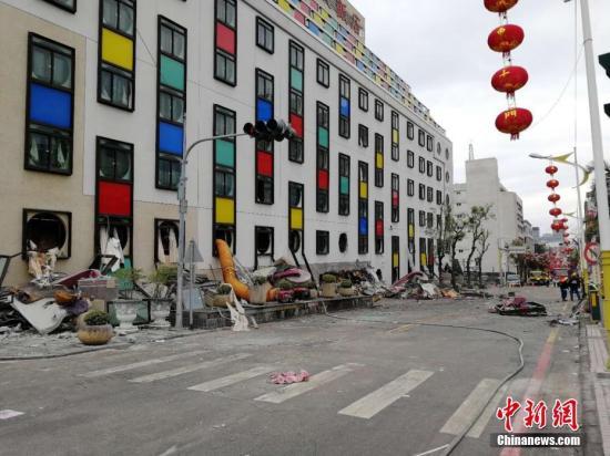 """台湾花莲近海2月6日23时50分发生里氏6.5级地震。台湾""""中央社""""报道的最新灾情指出,地震造成4栋建筑物倒塌,4人死亡,225人受伤、145人失联。中时电子报报道称,有2名大陆游客受伤。目前,现场救援正在紧张进行中。 <a target='_blank' href='http://www.torvenius.com/'>中新社</a>记者 肖开霖摄"""