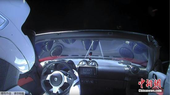 当地时间2月6日,太空探索公司SpaceX试射的猎鹰重型火箭已成功发射升空,把一辆特斯拉跑车送入绕太阳飞行的轨道。
