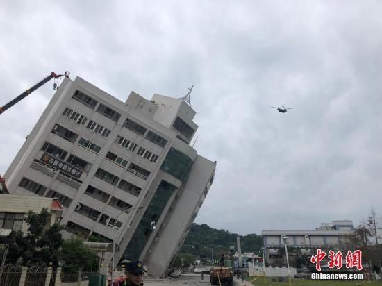 台湾花莲近海2月6日23时50分发生里氏6.0级地震。烈度达7度的花莲市区目前已知有多栋建筑物倒塌或倾斜,造成2人遇难、逾200人轻重伤、数十人受困。尚未有大陆游客伤亡的信息。图为地震后的花莲街头。 <a target='_blank' href='http://www.torvenius.com/'>中新社</a>发 叶青林 摄