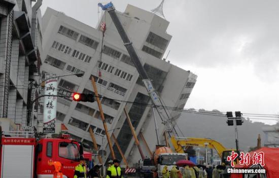 2月7日,台湾花莲发生强烈地震后,搜救工作在倾倒的云门翠堤大楼现场持续展开。(<a target='_blank' href='http://www.torvenius.com/'>中新社</a>记者 肖开霖 摄)