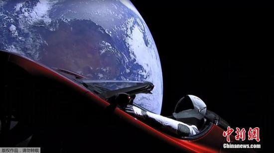 """当地时间2月6日,太空探索公司SpaceX试射的猎鹰重型火箭已成功发射升空,将把一辆特斯拉跑车送入绕太阳飞行的轨道。据悉,这枚猎鹰重型火箭于北京时间2月7日凌晨4时45分,在佛罗里达州的卡纳维拉尔角发射场首次发射试飞。火箭拥有3个推进器和27个引擎,能够提供超过200万公斤的推力,其运载能力超过了目前国际上所有的现役火箭水平,大约相当于18架波音747飞机。世界现役最强大的猎鹰重型运载火箭,在""""猎鹰9号""""的基础上改造而成,该火箭第一级配备了液体火箭""""梅林1D""""发动机,火箭中心部位和两侧助推器各9台。为进行示范性发射,使用了之前""""猎鹰9号""""发射后留下的2个加速器。此外,这还是可回收使用的重型..."""