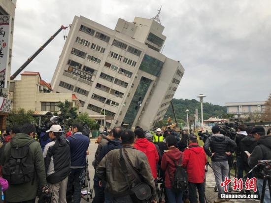 """台湾花莲近海2月6日23时50分发生里氏6.5级地震。台湾""""中央社""""报道的最新灾情指出,地震造成4栋建筑物倒塌,4人死亡,225人受伤、145人失联。中时电子报报道称,有2名大陆游客受伤。目前,现场救援正在紧张进行中。 中新社发 叶青林 摄"""