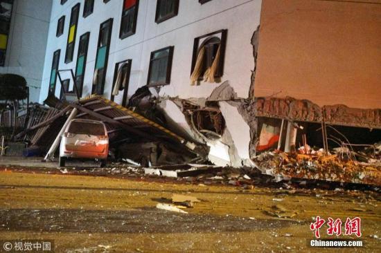 在地震中受损的建筑。 图片来源:视觉中国