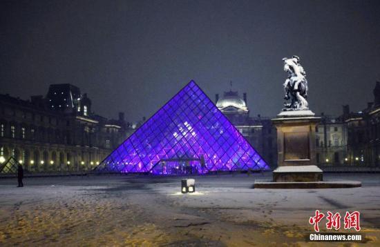 法国中北部地区2月6日普降大雪,预计降雪将至少持续至7日中午。法国气象局维持对27个省份的冰雪橙色警报。此次雪情造成法国多地铁道和公路交通受阻,民众出行困难,大巴黎地区拥堵程度创下历史新高。受降雪影响,著名旅游景点埃菲尔铁塔6日全天关闭。图为6日晚,巴黎卢浮宫雪中夜景迷人。中新社记者 龙剑武 摄